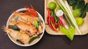 Tom Yum Goong na bacia branca, culinária tailandesa tradicional do alimento da sopa picante em Tailândia no fundo de vime da este imagens de stock
