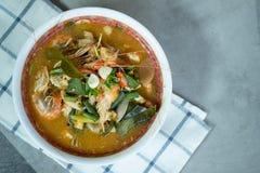 Tom Yum Goong ou sopa picante de tom yum com camarões dos camarões fotografia de stock