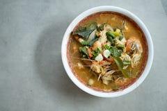 Tom Yum Goong ou sopa picante de tom yum com camarões dos camarões fotos de stock royalty free