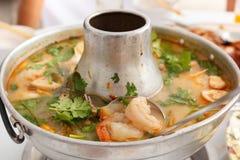 Tom Yum Goong, sopa picante com camarão em um potenciômetro quente Imagens de Stock