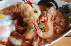 Tom Yum Goong Spicy Sour Soup com o ovo friável fritado do camarão e da lava na bacia oval foto de stock royalty free