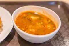 Tom Yum Goong Spicy Sour Soup na opinião de tampo da mesa de madeira, lugar tailandês foto de stock royalty free