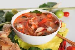 Tom Yum Goong tailandês ou sopa picante de tom yum com camarões dos camarões imagens de stock