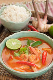 Tom Yum Goong Thai Cuisine, Garnalensoep met citroengras. Stock Foto