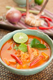 Tom Yum Goong Thai Cuisine, sopa do camarão com nardo. foto de stock royalty free