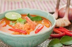Tom Yum Goong Thai Cuisine, soupe à crevette rose avec le schénanthe. Photo stock