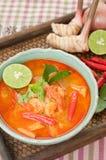 Tom Yum Goong Thai Cuisine, soupe à crevette rose avec le schénanthe. Photographie stock libre de droits