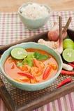 Tom Yum Goong Thai Cuisine, soupe à crevette rose avec le schénanthe. Images stock