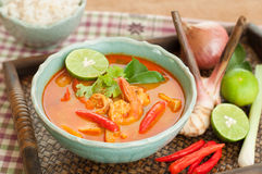 Tom Yum Goong Thai Cuisine, soupe à crevette rose avec le schénanthe. Photos libres de droits