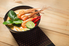 Tom Yum Goong thai matkokkonst på trä Royaltyfria Foton