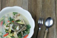 Tom Yum Grouper Fish Spicy Soup do alimento tailand?s em uma bacia no assoalho de madeira fotos de stock