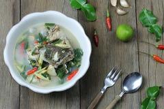 Tom Yum Grouper Fish Spicy Soup do alimento tailand?s em uma bacia no assoalho de madeira imagem de stock royalty free