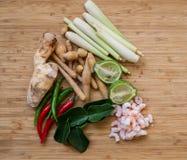 Tom Yum ingredienser på en naturlig bakgrund Arkivbild