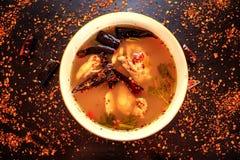 Tom Yum Kai Ban, thailändisches Lebensmittel durch Hühnertreffenblutgeschwür in der würzigen Suppe Stockfotos