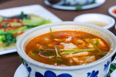 Tom Yum-kip in restaurant royalty-vrije stock afbeeldingen