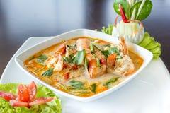 Tom Yum Koong Thai Language é camarão e sopa do nardo fotos de stock