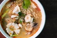 Tom Yum Kung avec des nouilles et des fruits de mer Image libre de droits