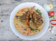 Tom Yum Kung et poissons - soupe épicée thaïlandaise Photo libre de droits