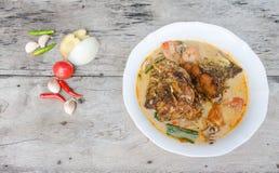 Tom Yum Kung och fisk - thailändsk kryddig soppa arkivfoto