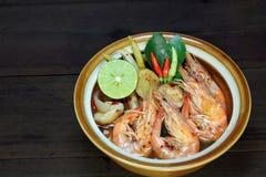 Tom Yum Kung Shrimp gör klar soppa på träbakgrund, thailändsk mat, kokkonst Arkivbilder