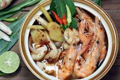 Tom Yum Kung Shrimp gör klar varm och sur thailändsk soppa för soppa, mat, kokkonst Arkivfoto