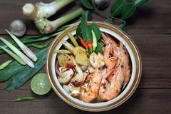 Tom Yum Kung Shrimp-klare Brühe und Krautbestandteil auf hölzernem Hintergrund, thailändisches Lebensmittel lizenzfreies stockbild