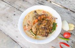 Tom Yum Kung und Fische - thailändische würzige Suppe stockfotografie