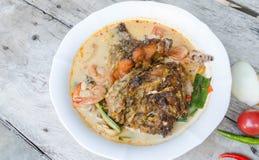 Tom Yum Kung und Fische - thailändische würzige Suppe stockbild