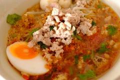 Tom Yum Noodle avec l'oeuf photographie stock libre de droits