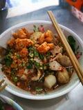 Tom Yum Noodle Soup com as bolinhas de massa, decoradas em umas bacias o gosto imagem de stock royalty free