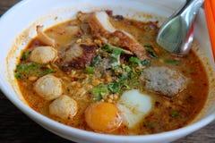 Tom Yum Noodle Soup tailandés con el huevo, cerdo, bola de pescados Imagenes de archivo