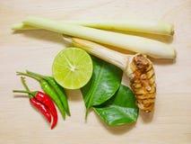 Tom yum ou ingredientes picantes e ácidos tailandeses da sopa fotografia de stock