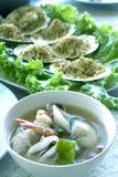 Tom Yum Seafood e vieiras cozidas com manteiga de alho que o alimento tailandês ou a culinária do marisco são o mais popular em T imagens de stock