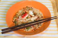 Tom Yum Seafood Noodle i orange bunke Arkivbilder