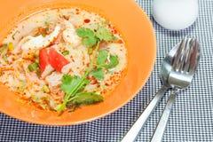 Tom Yum Seafood Noodle i orange bunke Royaltyfri Foto