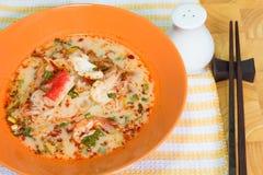 Tom Yum Seafood Noodle i orange bunke Royaltyfria Foton