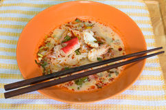 Tom Yum Seafood Noodle na bacia alaranjada Imagens de Stock