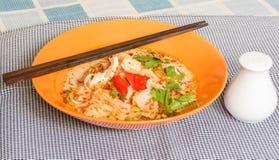 Tom Yum Seafood Noodle na bacia alaranjada Fotografia de Stock Royalty Free