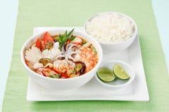 Tom Yum Soup thailändsk mat med ris arkivbilder