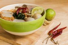 Tom Yum Spicy Soup Noodle: Thailändsk mat Royaltyfri Foto