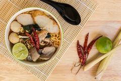 Tom Yum Spicy Soup Noodle: Thailändsk mat Royaltyfri Bild