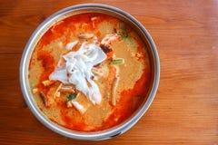 Tom Yum-Suppe, thailändische traditionelle würzige Garnelensuppe mit Kokosnuss Mil Stockfoto