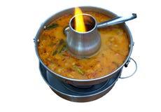 Tom Yum-zeevruchtensoep in hete pot, Thaise voedselfavoriet op witte bac stock foto's