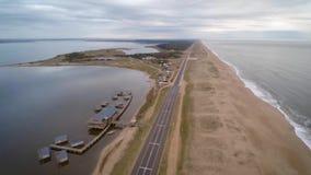 Toma-aerea seitlicher Ruta Sobre Costas de Playa, en Laguna Garzon, Maldonado, Uruguay de Extensa stock video footage