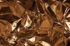 Toma completa del marco de una hoja del papel de aluminio arrugado del oro fotografía de archivo