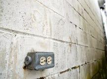Toma de corriente al aire libre encendido con la pared de ladrillo foto de archivo