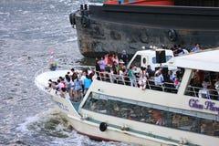 Toma de los turistas en un transbordador para hacer turismo Imágenes de archivo libres de regalías