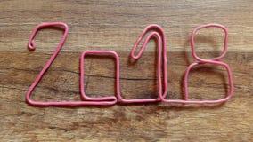 Toma el número 2018 con el alambre rosado de la tabla de madera con el finger almacen de metraje de vídeo