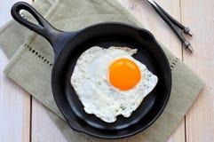 Toma o café da manhã o ovo frito em uma frigideira do ferro foto de stock royalty free