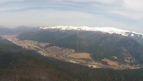 Toma panorámica aérea del valle de la montaña metrajes